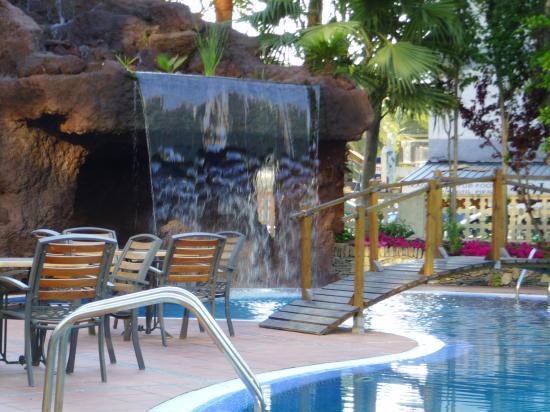 H10 Delfin: Poolside