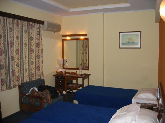 Athens Cypria Hotel: Triple Room- older wing