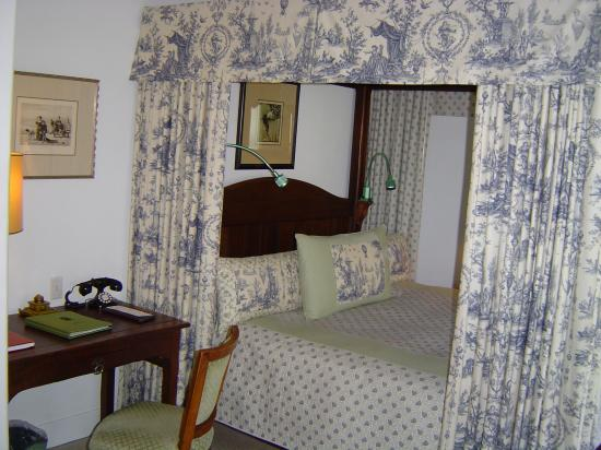 Chateau du Sureau: Four poster bed