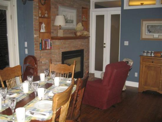 Parliament Cottage B&B circa 1840: Breakfast room and fireplace