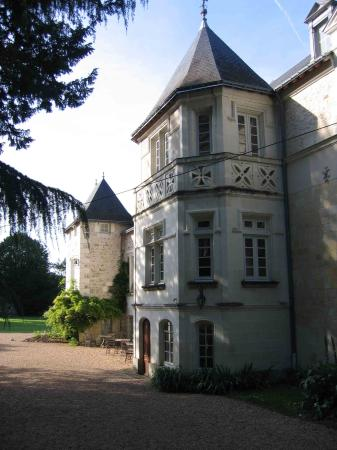 Le Chateau des Templiers : The main building (rooms are behind us)