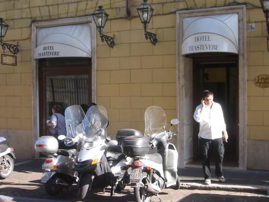 Hotel Trastevere: Front of hotel