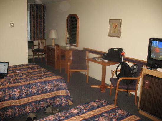 Du Chevalier Motel & Suites : Room, table, desk