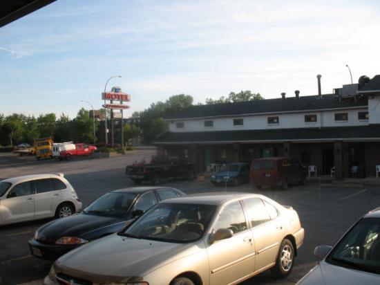 Du Chevalier Motel & Suites : Parking lot