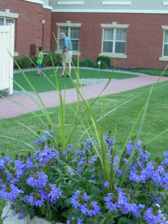 Homewood Suites Harrisburg East-Hershey Area: Pop & Bobby putting on the green