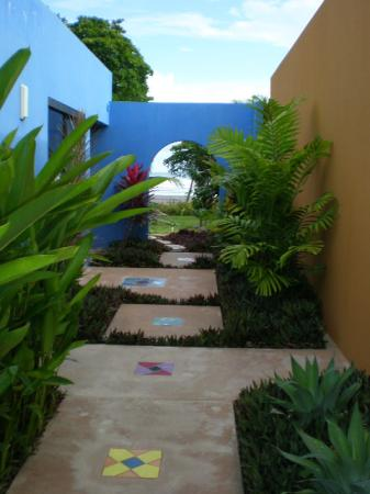 Alma del Pacifico Beach Hotel & Spa: Walkiing from the Villa to the Beach