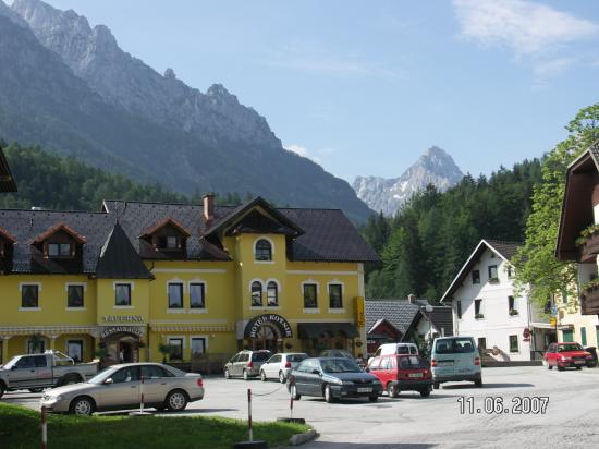 Hotel Kotnik: Exterior of Hotel with beautiful backdrop