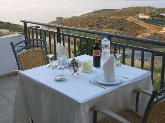 Happy Cretan Suites: Ready for dinner