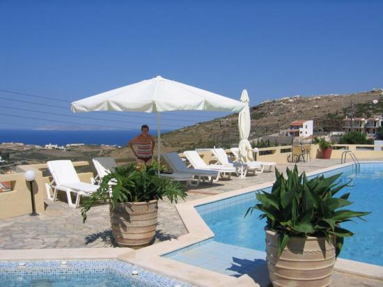 Happy Cretan Suites: View from the swimming pool