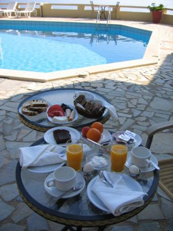 Happy Cretan Suites: Breakfast is served