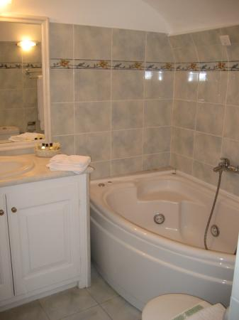 Anteliz Suites: The Bathroom