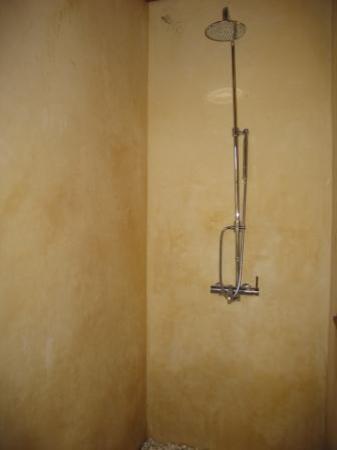 Malisa Villa Suites: rainshower