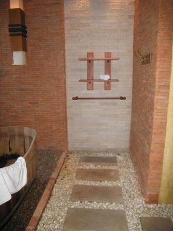 Malisa Villa Suites: pebbled bathroom floor and towel rack