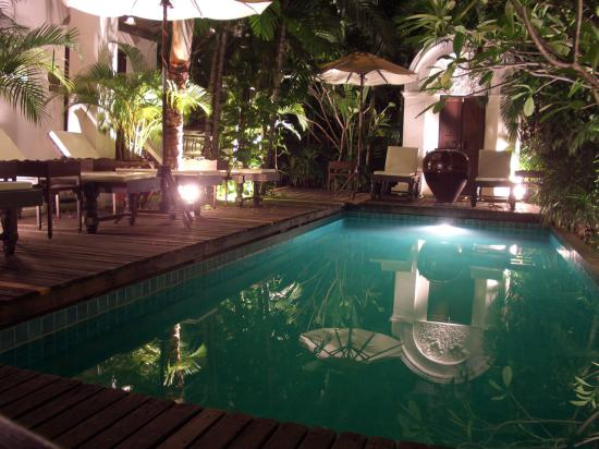 Tri Yaan Na Ros Colonial House: The pool at night