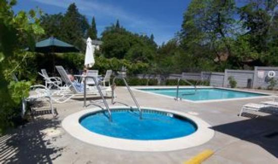 Grass Valley Courtyard Suites: pool area - very clean