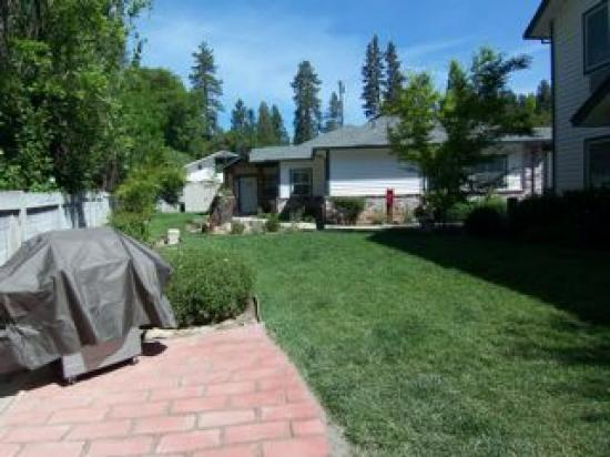 Grass Valley Courtyard Suites: very lush lawns