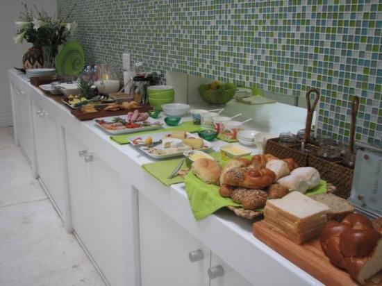 2Inn1  Kensington: Le buffet du petit déjeuner
