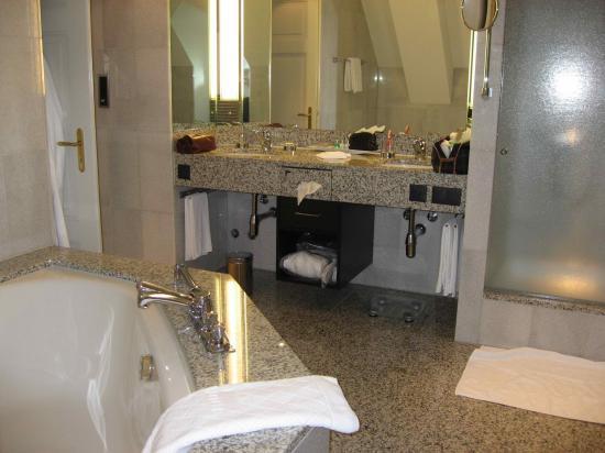BELLEVUE PALACE Bern : Bathroom