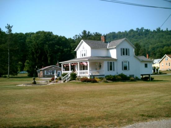 Country Seasons Bed & Breakfast Inn: the Bed and Breakfast