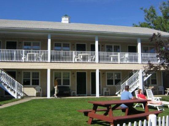 Island Manor Resort: outside