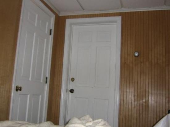 Island Manor Resort bath room door on left right door connect the two rooms & bath room door on left right door connect the two rooms - Picture ...