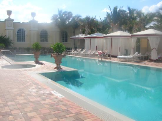 Acqualina Resort & Spa on the Beach: Upclose Tranquility Pool