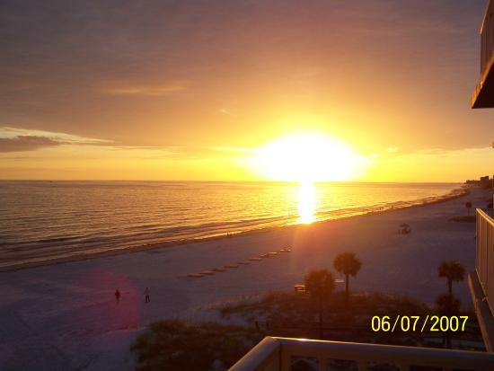 Madeira Beach, FL: Breathtaking sunsets from balcony