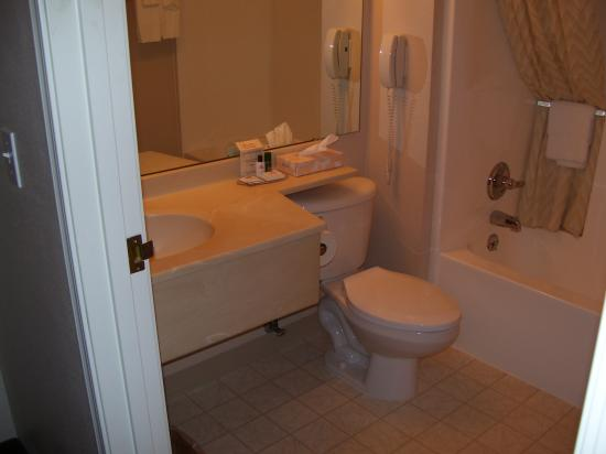 FairBridge Inn & Suites Miles City: There was ample room to move around the bathroom