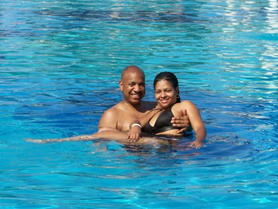 Hotel Riu Vallarta: Me and wifey in the pool...