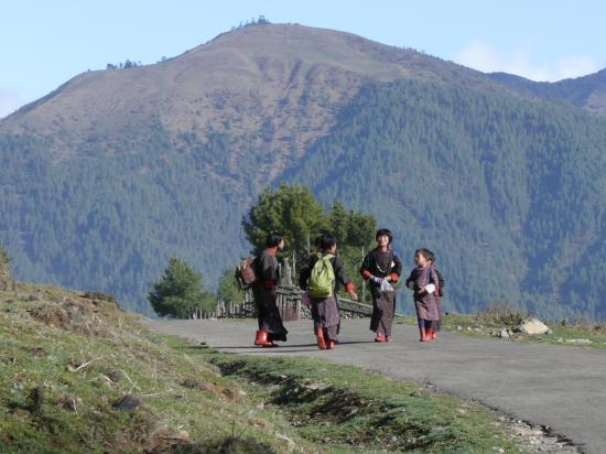 Phobjikha Valley, Bután: Children walking to school...