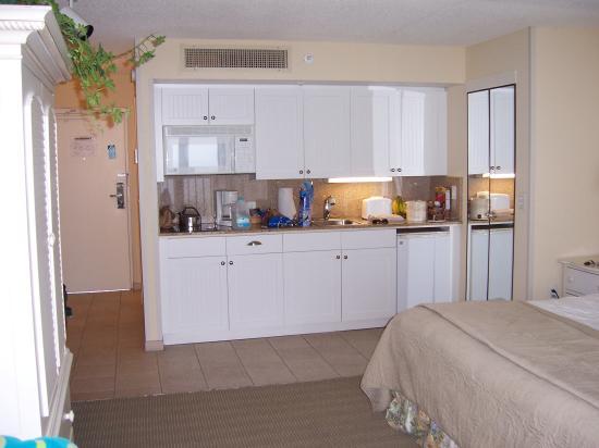 Pink Shell Beach Resort & Marina: Sanibel View king room - kitchenette