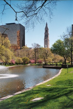 Hartford, CT: Travelers Tower view from Park