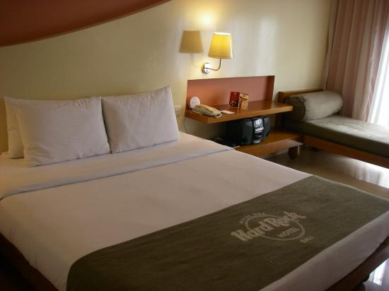 Hard Rock Hotel Bali : Deluxe Room - Note the long chair at the side