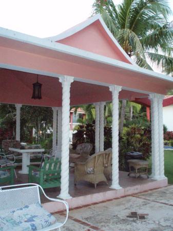 Villa Ensenada Inn: Asian-inspired gazebo-type structure on lawn.