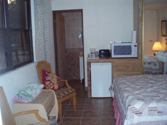 Villa Ensenada Inn: View from entrance looking into room.