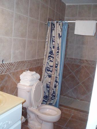 Villa Ensenada Inn: Bathroom with new tile work.