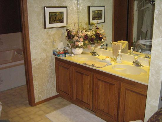 McDougall Lane Bed & Breakfast: Bathroom & Hot Tub