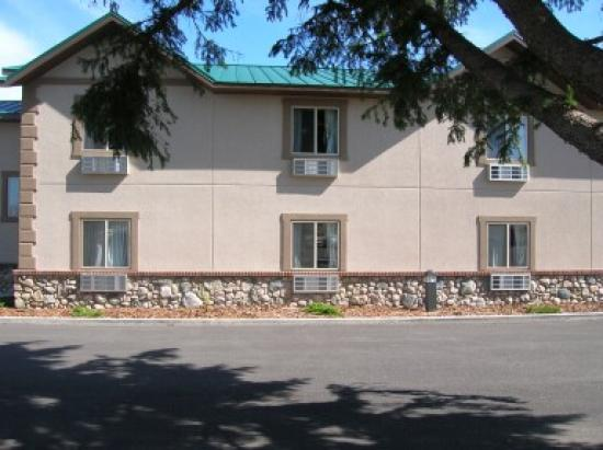 Cody Legacy Inn: Front View of Rooms