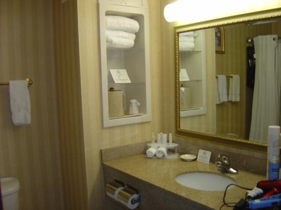 Holiday Inn Express - Sumter : Nicely equipped bathroom