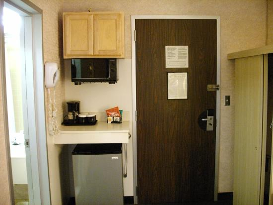 Clarion Hotel Buffalo Airport: Microwave and fridge