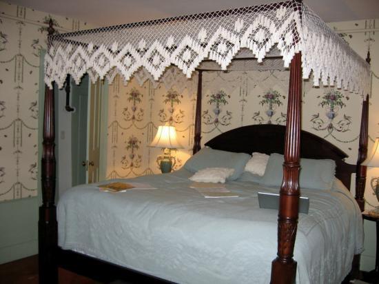 Applewood Manor Bed & Breakfast: That wonderful bed!