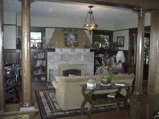 Nob Hill Riverview Bed & Breakfast: Cozy up to the fireplace