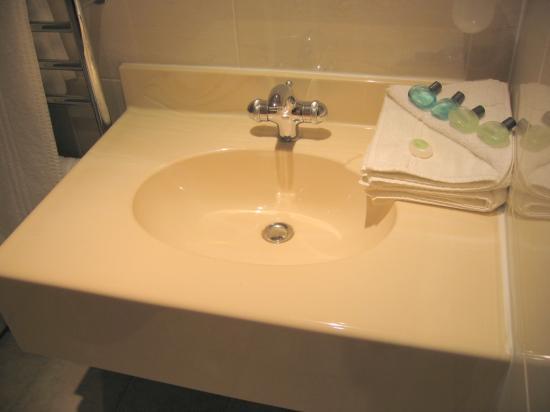 Golden Lion Hotel & Restaurant: Bathroom - clean and modern