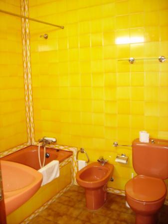 Lagosmar Hotel: Orange bathroom!