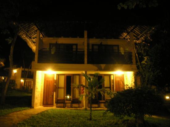 The Baobab - Baobab Beach Resort & Spa: delux rooms at night