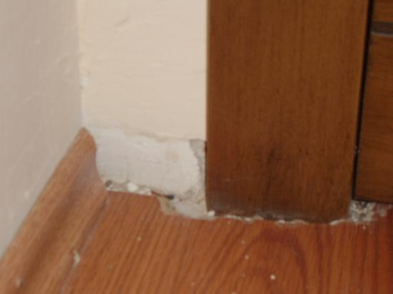 Regal Resort Hotel : Lack of skirting board