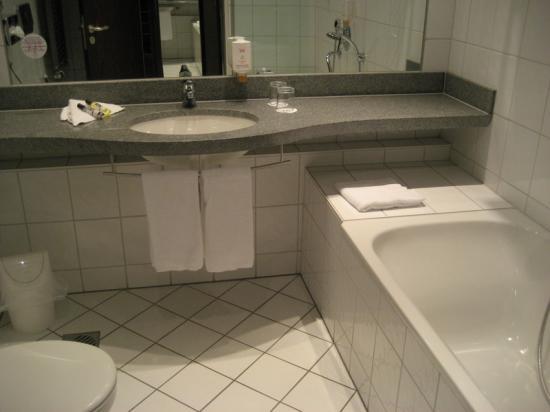 Vienna House Easy Trier : The spacious bathroom