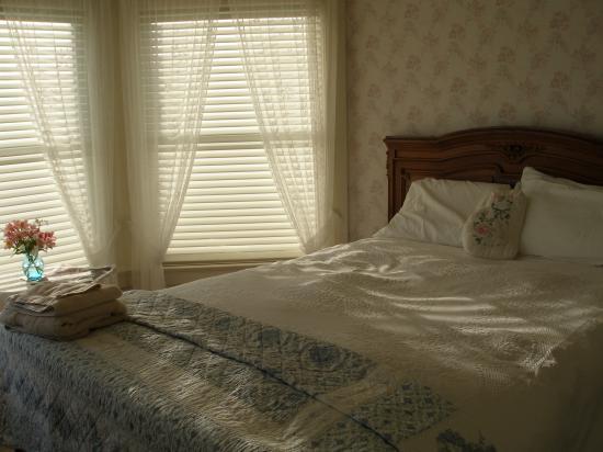 Ocean Beach Bed and Breakfast : The bedroom of the Ocean View Suite.