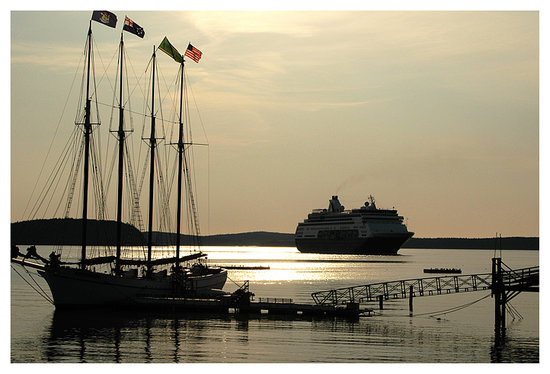 Бар-Харбор, Мэн: a sail boat and a cruise ship in bar harbor