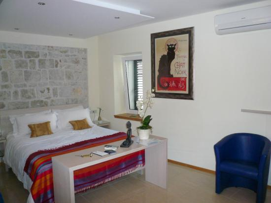 Zephyrus Boutique Accommodation: Spacious room with kitchen